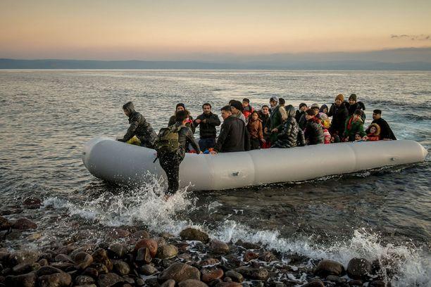 Pakolaisia saapumassa Kreikan Lesboksen saarelle maaliskuussa 2020. Kuvituskuva.