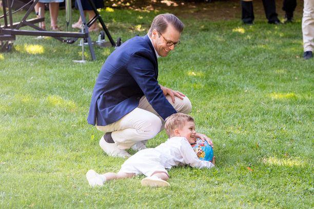 Prinssi Daniel valvoi poikansa puuhia.