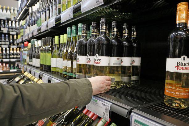 Poikkeusoloissa suomalaiset valikoivat mielellään Alkon hyllyltä viinejä.