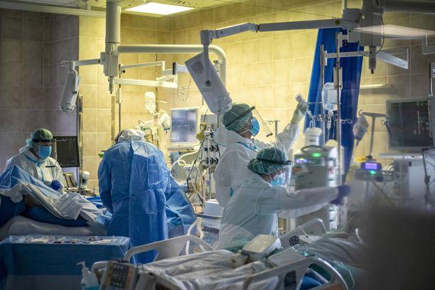 Hoitajia ja lääkäreitä prahalaisen sairaalan tehohoitoyksikössä. Tehohoitopaikat alkavat loppua.