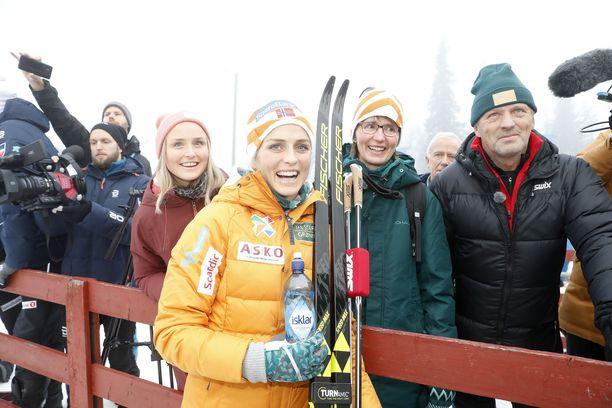 Therese Johaug oli juhlittu sankari Beitostölenin kympillä perjantaina.