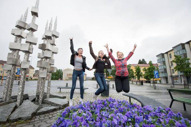 Tuuli Jääskeläinen, Jutta Juomoja ja Ellen Toivio iloitsevat kavereittensa puolesta Toijalan torilla. – Voittajan lapset ovat kavereita, hienoa, että joillakin käy tsägä, tytöt hyppivät torilla.