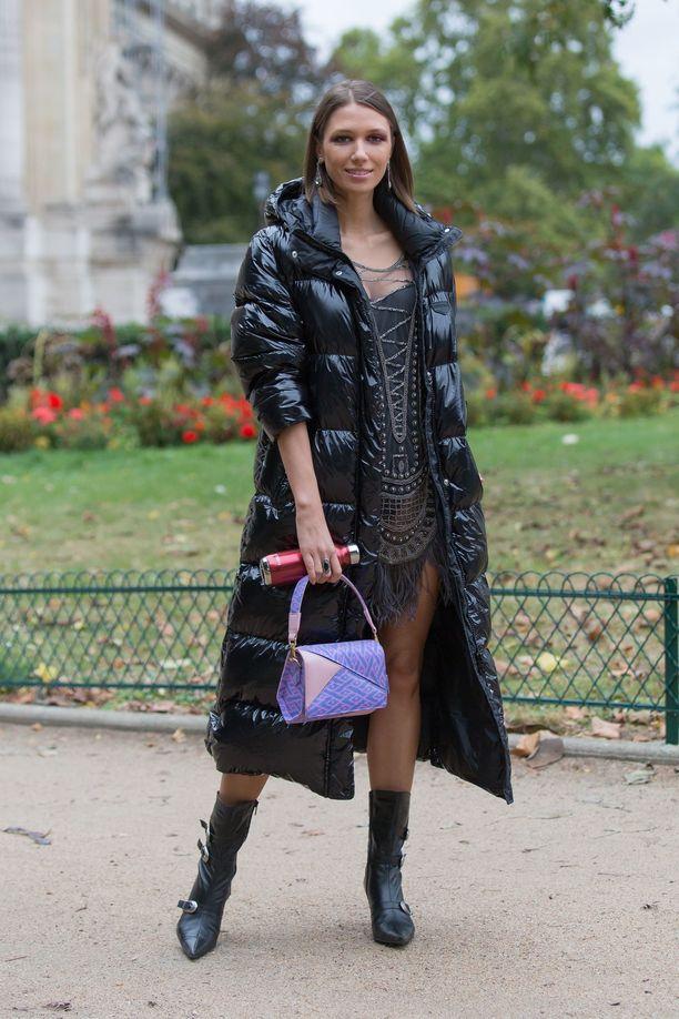 Romanialaisen muotitoimittaja Landiana Cerciun asu Pariisin muotiviikolta on kuin suoraan Suomen säähän tehty! Sukkahousut ja nilkkurit antavat lyhyille helmoille lisää käyttöaikaa sään viiletessä.