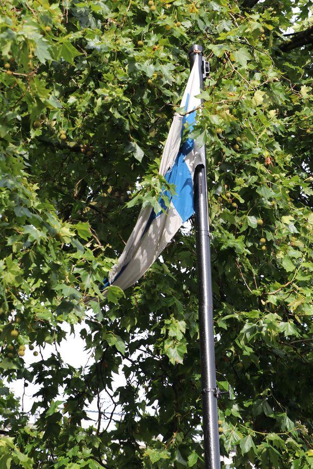 Suomen lippu roikkuu surkeana Marble Archin aukiolla.