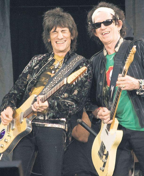 Keith Richards ja Ronnie Wood nauttivat keikasta täysin rinnoin.