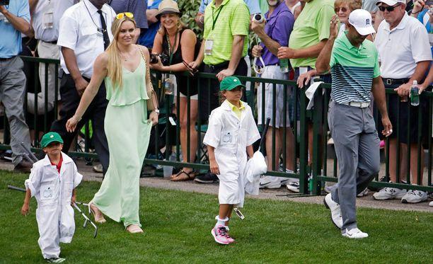 Lindsey Vonn ja Tiger Woods edustivat yhdessä kuukausi takaperin Masters-turnauksessa. Kuvassa myös Woodsin lapset Sam ja Charlie.