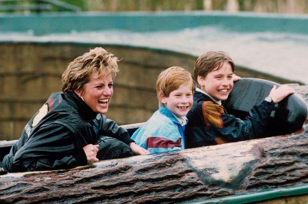 Prinsessa Diana pyrki tarjoamaan Harrylle (kesk.) ja Williamille mahdollisimman normaalin lapsuuden.