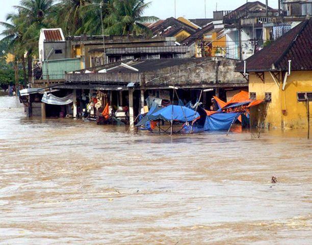 Vesi on tulvinut kaduille Hoi Anissa.