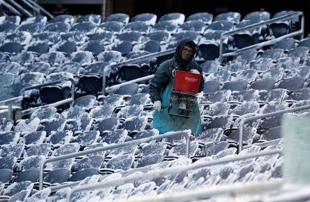 Chicagossa jouduttiin sulattamaan katsomon penkkejä ennen Chicago Bearsin ja Denver Broncosin välistä sunnuntaista jalkapallo-otettelua.