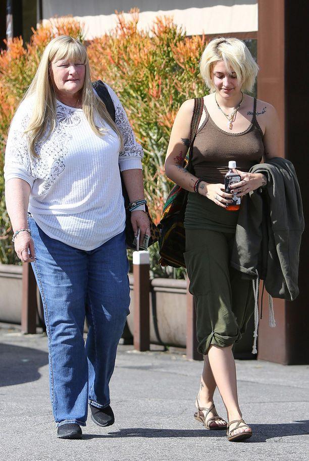 Debbie Rowe ja Paris Jackson nauttivat yhteisestä lounaasta.