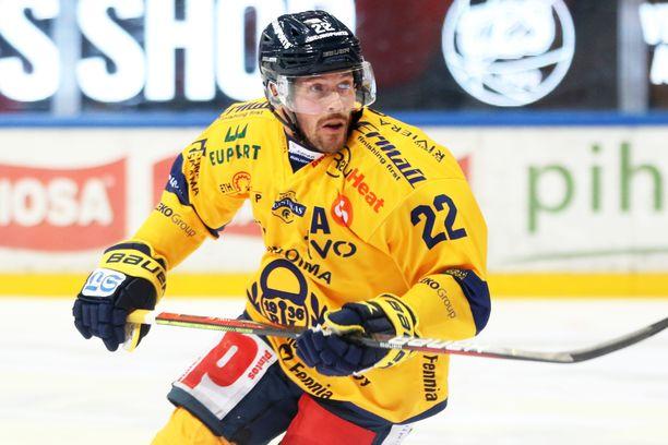 Toni Koivisto on historian eniten runkosarjaotteluita Lukon paidassa pelannut pelaaja.