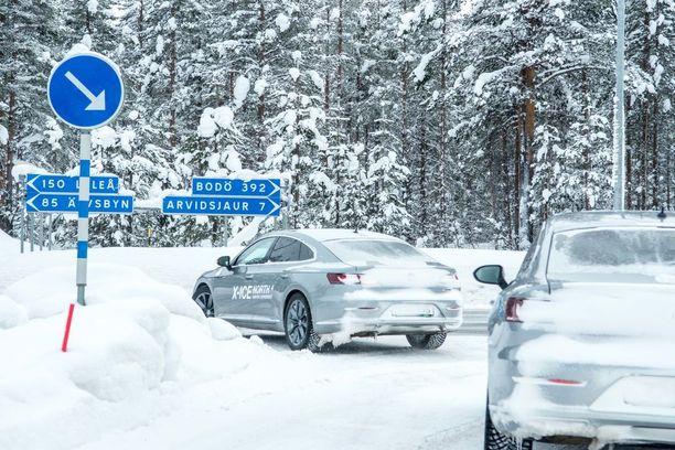 Michelin uutuusrenkaan 250 nastaa purevat etenkin jäällä, mutta rengas osoitti toimivuutensa myös talvisella asfalttitiellä ja kapealla metsätiellä.