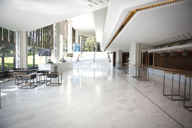 Helsingin Kaupunginteatterin hohtava marmori on jälleen valmiina ottamaan teatteriyleisön vastaan.