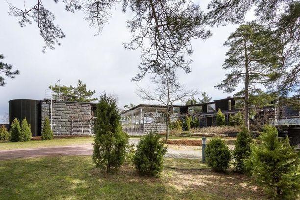 Kirkkonummen Porkkalassa on tarjolla graniittinen merenrantahuvila Villa Vetro, jossa on tilaa 267 neliötä. Rakennuksen erikoisuus on merenpuoleinen lasinen julkisivu. Rakennuksen auringon puoleista osaa kiertää iso terassialue. Villan on suunnitellut arkkitehti Pekka Helin, ja esittelyteksti kertoo sen täyttävän kaikkein korkeimmatkin laatuvaatimukset. Hintapyyntö 3 330 000 €