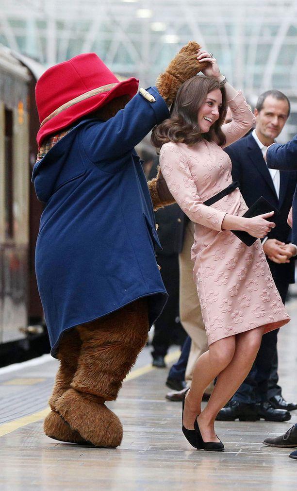 Catherine heittäytyi tanssiin Paddington-karhuksi pukeutuneen maskotin kanssa.