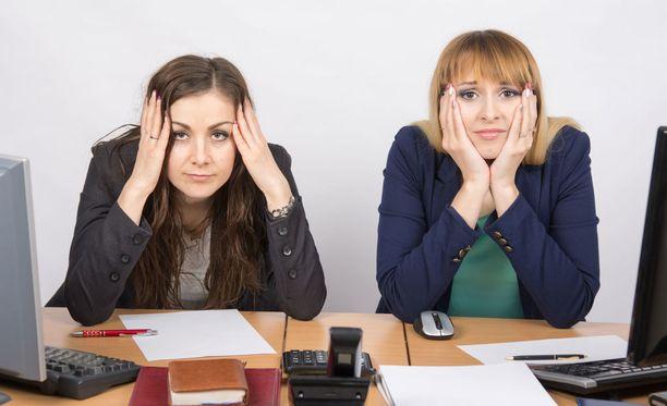 Naiset kokevat työelämässä huonompaa kohtelua tosilta naisilta kuin miehiltä.