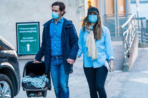 Prinssi Carl Philip ja prinsessa Sofia lähtivät nyyttinsä kanssa sairaalasta.
