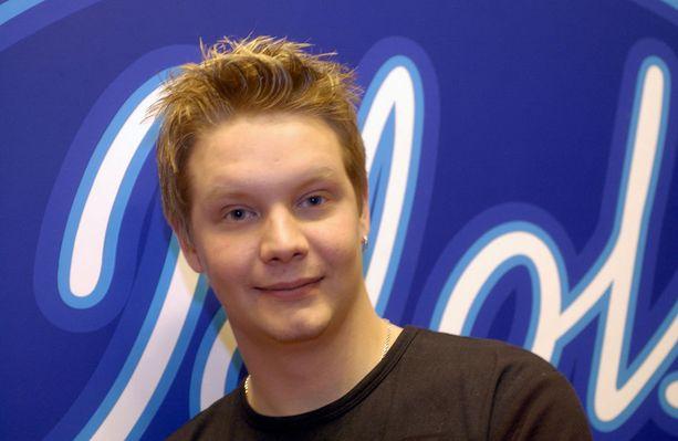 Christian Forss poseerasi Iltalehdelle Idols-finaalipaikan varmistettuaan 2003.