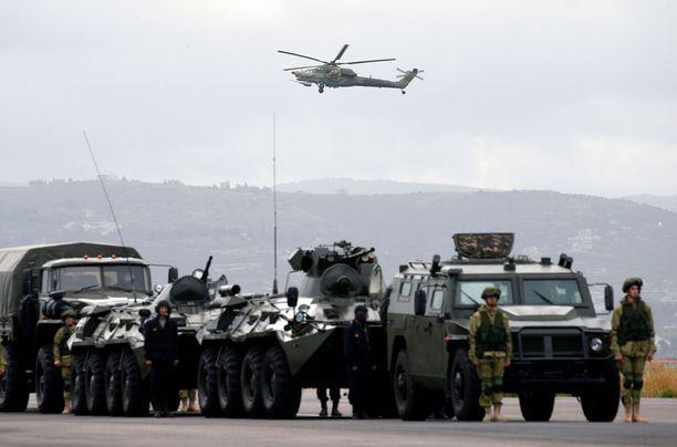 Venäläisjoukkoja Syyriassa Hmeimimin lentotukikohdassa.