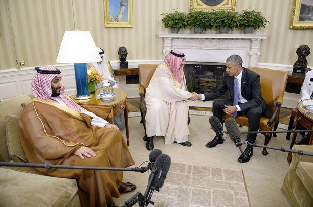 Varakruununprinssi bin Salman (vas.) oli mukana, kun silloinen kruununprinssi Mohammed bin Nayef tapasi USA:n presidentin Barack Obaman Valkoisessa talossa toukokuussa 2014.