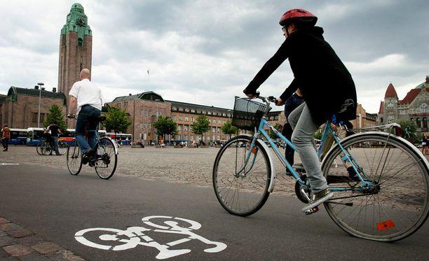 Helsingin poliisi toivoo pyöräilijöiden sovittavan vauhtinsa muuhun liikenteeseen.