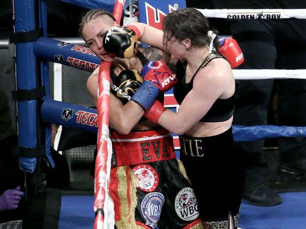 Pekka Mäen mukaan Eva Wahlströmin pitäisi säilyttää tappiosta huolimatta WBC-liiton MM-vyö.