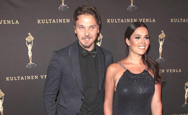 Näin upeana parina Roope Salminen ja Sara Sieppi edustivat Venla-gaalassa viime vuonna.
