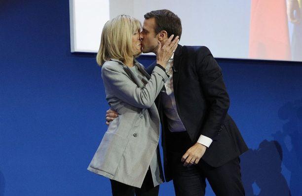 Emmanuel Macron suuteli vaimoaan Brigitte Trogneux'ta presidentinvaalin ensimmäisen kierroksen päätteeksi Pariisissa.