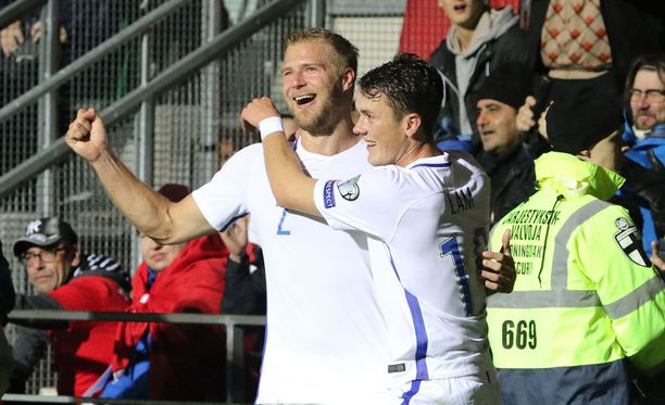 Paulus Arajuuri ja Thomas Lam tuulettivat maalia Turkki-ottelussa.