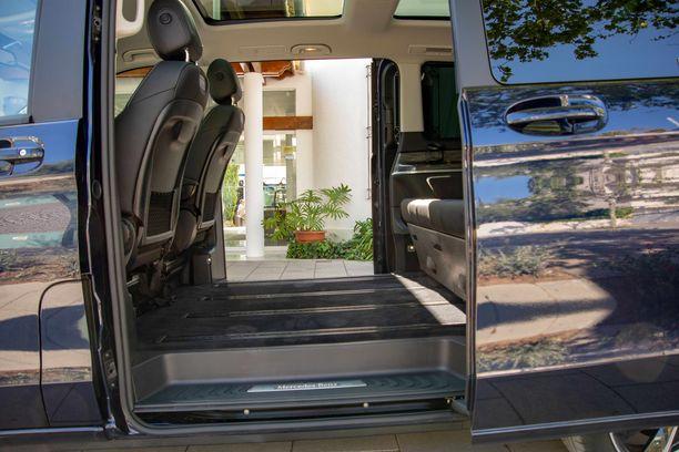 Tosimiehen limusiini. Ilman keskiriviä auto tarjoaa valtavan jalkatilan.