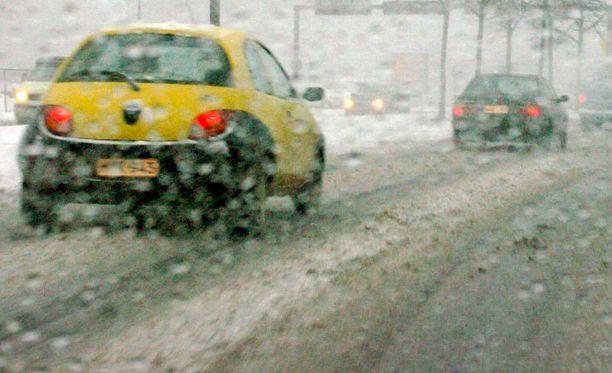 Lumi, räntä ja sohjo kiusaavat autoilijoita isossa osassa maata.