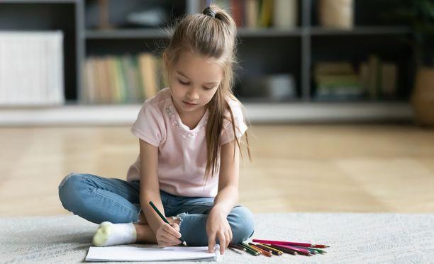 Mitkä asiat saavat lapsen tuntemaan olonsa turvalliseksi silloin, kun hän on yksin kotona?