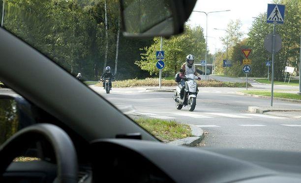 Mopoilijat ovat Liikenneturvan kyselytutkimuksen mukaan liikenteen epäkohteliain käyttäjäryhmä.