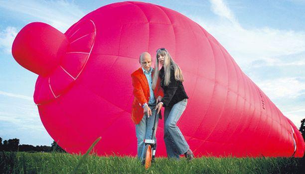 Tämä majesteetillisena ilmojen halki lipuva kondomi on 33 metriä pitkä ja Hollannin terveysviranomaiset toivovat huomiota herättävän kuumailmapallon levittävän turvaseksin siunauksellista sanomaa.