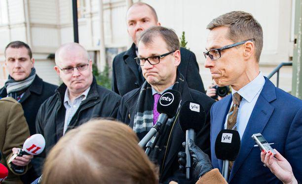 Pääministeri Juha Sipilä (kesk) ja valtiovarainministeri Alexander Stubb (kok) ovat pyörittäneet tämän viikon yhteiskuntasopimusshow'ta. Oikeus- ja työministeri Jari Lindström (ps) on ollut perussuomalaisten ykkösnyrkki, kun puolueen puheenjohtaja, ulkoministeri Timo Soini on ollut ulkomailla.