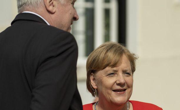 Liittokansleri Angela Merkel (CDU) ja sisäministeri Horst Seehofer (CSU) ovat ratkaisseet maahanmuuttokiistan, kertoo uutistoimisto DPA.
