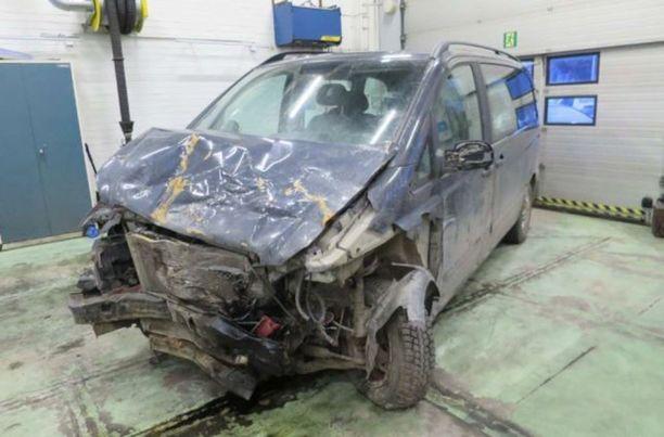 Törmäysauto hinattuna poliisin teknisiin tutkimuksiin.