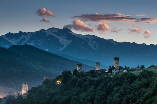 Dmytro Balkhovitin kuvasi vuoriston ympäröimiä Svaneti-torneja Georgiassa. Vanhimmat tornit ovat 800-luvulta.