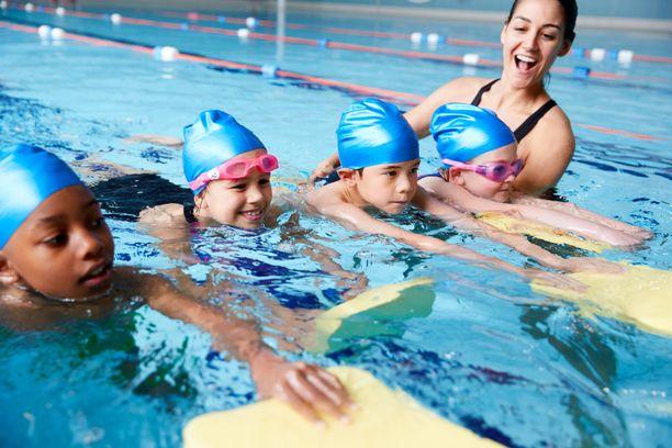 24 prosenttia suomalaisista oppii uimataidon alkeet uimakoulussa.