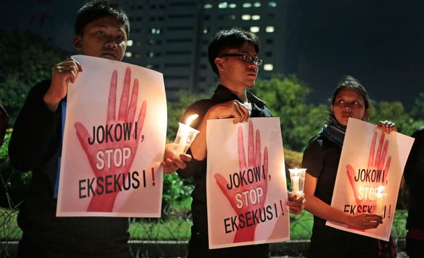 """Mielenosoittajat vaativat Indonesian presidentti Joko Widodoa, """"Jokowia"""", lopettamaan teloitukset."""