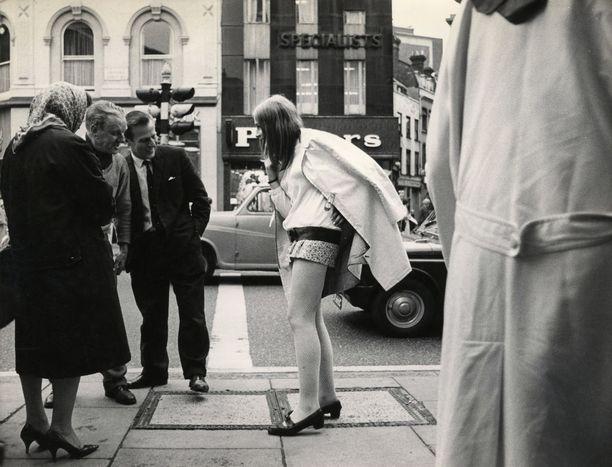 Näin minihameita tuijoteltiin 1960-luvulla.