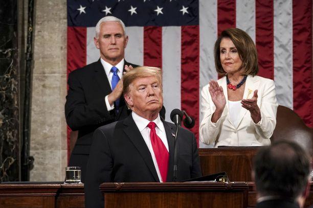 Presidentti Donald Trump ja hänen takanaan varapresidentti Mike Pence ja edustajainhuoneen puhemies ja demokraattien voimahahmo Nancy Pelosi.
