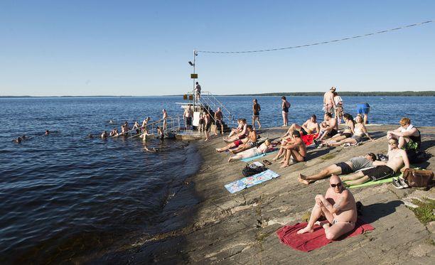 Huomenna torstaina suuressa osassa maata mitataan hellelukemia. Kuva Rauhaniemestä Tampereelta.