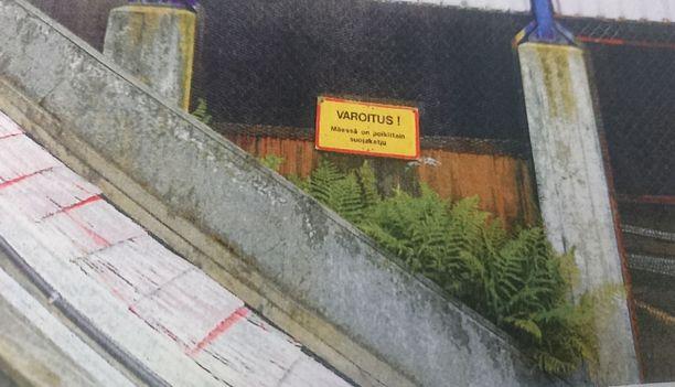 Teräsvaijerista ja suojaketjusta varoitettiin kyltillä.