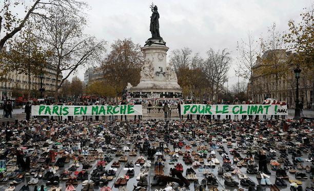Mielenilmaus näkyi Pariisissa muun muassa Place de la Republiquella, johon kerättiin satoja kenkäpareja.