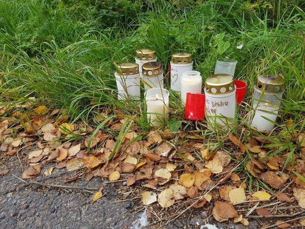 Nuoren naisen löytöpaikalle Raahen Kauppakadulle tuotiin kynttilöitä.