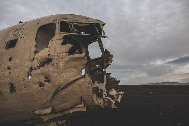 Pimeä turismi vie ihmisiä synkkiin ja pelottaviin paikkoihin, kuten vaikkapa tutkailemaan tätä lentokoneenhylkyä Islannissa.