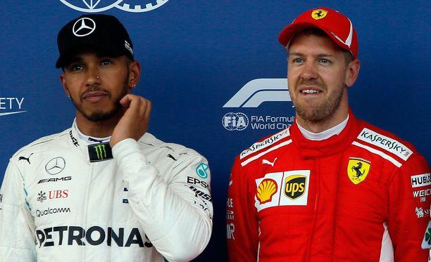 Lewis Hamiltonin mielestä Sebastian Vettel rikkoo sääntöjä kiihdytellessään ja jarrutellessaan turva-auton takana.