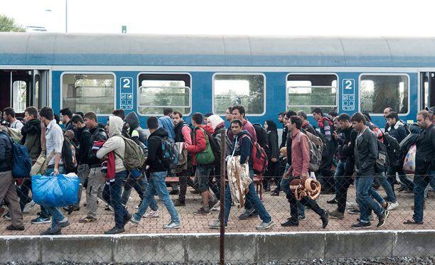 Turvapaikanhakijat saapuivat maanantaina rautatieasemalle Hegyeshalomiin, joka sijaitsee 168 kilometrin päässä Budapestista.