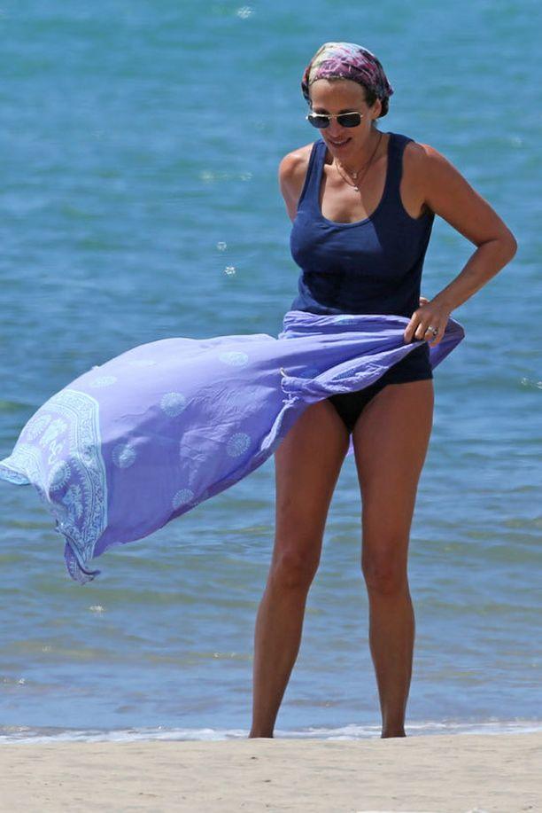 Lisäksi hän kietaisi vielä sarongin alavartalonsa peitoksi.